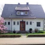 Hausfront mit blühender Magnolie